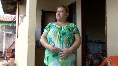Mulher aguarda há 8 meses por cirurgia para tirar mioma, em Goiânia - Ela diz que teve de abandonar o emprego por causa das fortes dores.