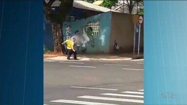 Polícia identifica rapaz que agrediu um agente de trânsito - O agente caiu na rua e por pouco não foi atropelado depois da agressão.
