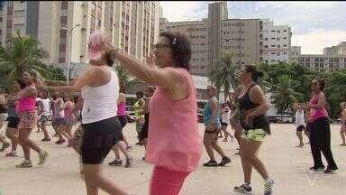 Aulão de ginástica na Praça Tom Jobim é destinado às mulheres - Atividade aconteceu na manhã deste sábado e faz parte da programação especial do Dia da Mulheres.