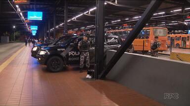 Assaltante morre durante tiroteio em terminal de Curitiba - Dois bandidos trocaram tiros com policiais no terminal do Pinheirinho. Um dos bandidos morreu no confronto e outro foi preso.
