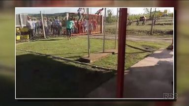 Agricultores protestam na sede da empresa responsável por construir a Usina Baixo Iguaçu - Os agricultores vão ter as terras atingidas pela construção. Eles atiraram pedras contra a fachada da empresa e pediram a divulgação do cronograma de cadastramento de propriedades.