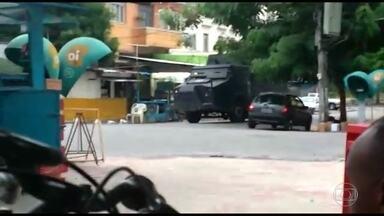 Dois suspeitos morrem em operação da PM no Morro do Juramento - PMs do Batalhão de Irajá fizeram uma operação no Morro do Juramento em Vicente de Carvalho durante a tarde desta segunda-feira (6) para combater o roubo de carros, de cargas e o tráfico de drogas na região. Dois suspeitos foram baleados.