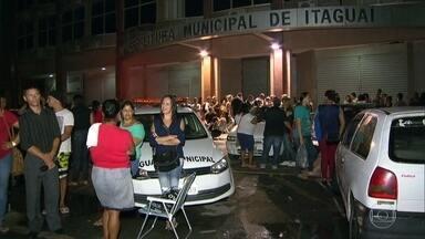 Multidão faz fila na porta da prefeitura de Itaguaí atrás de emprego - O Rio perdeu 26 mil vagas de emprego só em janeiro. São dois terços de todos os postos de trabalho fechados no Brasil. É o estado que mais sofre com a crise. O resultado é uma multidão procurando emprego.