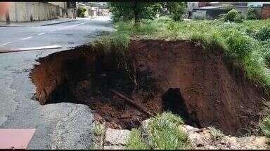 Asfalto cede após chuva em rua do bairro Jardim Aero Continental, em Campinas - Os moradores sinalizaram o local com pedaços de madeira. Outros dois buracos já haviam sido relatados por moradores no mesmo bairro na semana passada.
