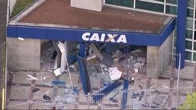 Bandidos explodem caixas eletrônicos de uma agência bancária em Belford Roxo - Até o momento, ninguém foi preso. A Polícia Civil não informou se os bandidos conseguiram levar o dinheiro.