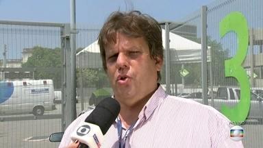 Crea-RJ tenta fazer vistoria no Maracanã - A equipe do Crea avaliaria os elevadores, o sistema de proteção de para-raios e geradores. Mas os técnicos não conseguem entrar no estádio.