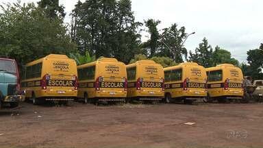 Ônibus do transporte escolar estão parados há dois anos em Londrina - São ônibus adaptados para deficientes físicos. A Prefeitura diz que tenta acordos para colocar os ônibus para rodar.