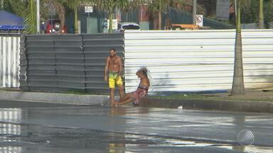 Desperdício: moradores de rua tomam banho após vazamento de água no interior - O problema foi registrado em Feira de Santana; confira.