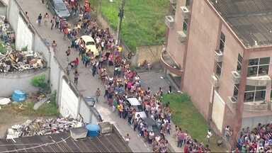 Milhares de pessoas formam fila em busca de emprego, em Itaguaí - Candidatos disputam 580 vagas na prefeitura. Fila deu a volta no quarteirão.