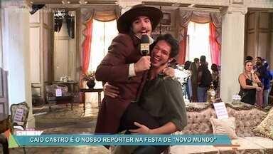 Amigo de Dom Pedro I invade a coletiva de 'Novo Mundo' - Caio Castro incorpora personagem para mostrar tudo o que rolou no evento que apresentou a nova novela das seis