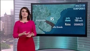 Há risco de tempestade no Rio Grande do Sul - Pode chover principalmente entre as regiões de Uruguaiana e Rio Grande. No Rio de Janeiro, a previsão é de tempo firme. Em Belo Horizonte, tem chance de pancadas de chuva isoladas.