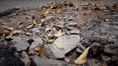 'Câmera na mão': calçadas esburacadas atrapalham pedestres em Campinas - O Câmera na Mão desta quinta-feira (9) faz um passeio pelas calçadas de Campinas (SP). Muitas estão em péssimo estado, atrapalhando os pedestres.