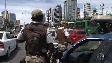 Assaltante morre durante arrastão na Avenida ACM, em Salvador - O repórter Vanderson Nascimento tem as informações.