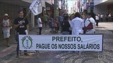 Médicos de unidades de saúde de Aracaju estão em greve há quase dois meses - O motivo da paralisação é o atraso no pagamento de salários. São quatro mil consultas suspensas todos os dias.
