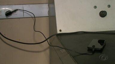 Saiba mais sobre os riscos de deixar o celular conectado a energia após carregar a bateria - A sobrecarga elétrica pode causar a explosão do aparelho.