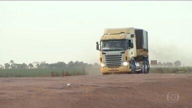Estradas em péssimas condições podem dobrar preço do frete - Caminhoneiros se recusam a transportar safras no Centro-Oeste. Das estradas usadas para escoamento 60% têm problemas no asfalto.