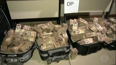 Polícia apreende R$ 12 milhões em moeda venezuelana em favela no RJ - Os 40 milhões de bolívares venezuelanos estavam escondidos em dois carros na favela do Caju. Os policiais farão agora o rastreamento das notas.