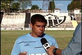 Araxá Esporte faz primeiro treino sob comando do técnico Guiba - Time fez cinco partidas pelo Módulo II do Campeonato Mineiro e não tem nenhuma vitória.