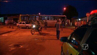 Acidente entre ônibus e carro de passeio é registrado na avenida Rosa Passos - Segundo testemunhas o motorista do carro estava sob efeito de álcool.