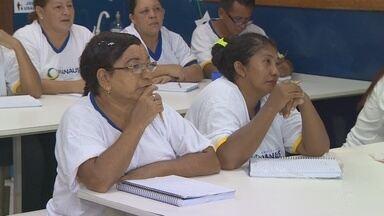 Programa oferece escolarização para adultos e idosos do AM - Aulas são nova chance para concluir ensino fundamental.