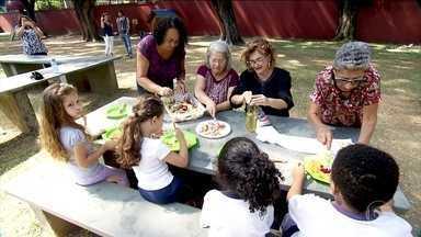 Avós ajudam a melhorar alimentação das crianças em SP - O projeto de uma escola de São Paulo coloca os pequenos para plantar e colher. As avós participam, preparando as saladas.