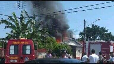 Casa pega fogo no bairro São Carlos, em Mogi Guaçu; não há feridos - As chamas atraíram a atenção de curiosos ao local. A Defesa Civil fará vistoria para analisar se há necessidade de interdição do local.