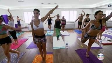 Grupo aproveita hora do almoço e pratica yoga em sala aquecida a 40°C - O SPTV acompanhou uma aula de yoga em uma temperatura de 40°C. A modalidade utiliza o calor para relaxar os músculos e as articulações, o que permite um alongamento seguro e mais profundo e promove a transpiração e a desintoxicar o corpo.
