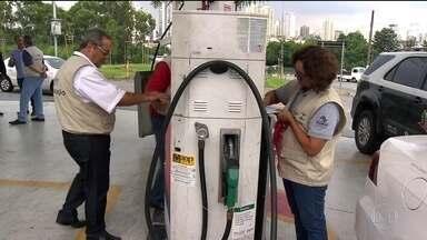 Fiscalização em postos de combustível cai, mas multas dobram - Entre 2015 e 2016 o número de postos fiscalizados pelo IPEM no estado de São Paulo caiu. Passou de 11 mil para 10 mil. Só que o número de infrações no período dobrou: de 1,2 mil para 2,2 mil.