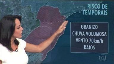 Há alerta de temporais na região Sul - Chuva volumosa, com raios, ventania e granizo podem atingir o Rio Grande do Sul, Santa Catarina e Paraná. A frente fria provoca chuva e queda de temperatura em São Paulo.