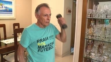 Exercícios fazem parte da rotina de Jorge Figueiredo, de 74 anos - O aposentado não se cansa de buscar novos desafios. Há um ano, ele aprendeu a nadar e atualmente está estudando inglês com a esposa