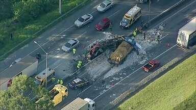 Acidente grave entre caminhões deixa dois mortos na rodovia Fernão Dias - Caminhões bateram no km 63, na altura de Mairiporã, na Grande São Paulo.