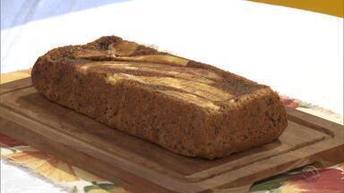 Receita: aprenda a fazer bolo adoçado com ameixa seca - Preparo dispensa o açúcar e pode ser uma opção saudável de lanche para as crianças.