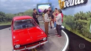 Huck entrega carro reformado para Lúcio - Participante fica emocionado ao ver o carro novinho em folha