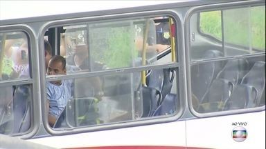 Termina assalto a ônibus com reféns no acesso à Ponte Rio-Niterói - Um bandido fez reféns num ônibus intermunicipal, em Niterói.