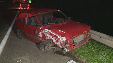 Carro na contramão bate em ônibus fretado na SP-101 em Hortolândia - Acidente foi na altura do bairro Rosolém. Segundo os passageiros, motorista do carro estava bêbado.