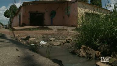 Moradores estão insatisfeitos com falta de condições em bairro em São Luís - Bairro São Bernardo sofre com o grande número de buracos e também com o esgoto escorrendo nas ruas.