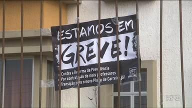 Professores das escolas municipais de Curitiba retomam a greve - Segundo um levantamento divulgado pela Prefeitura, 62 das 185 escolas municipais da capital não tiveram aula nesta terça-feira (21) de manhã.