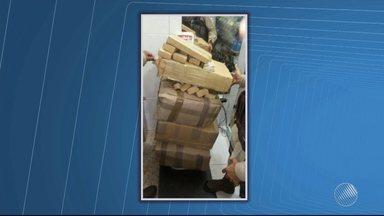 Dois homens são presos em flagrante com 102 quilos de maconha na BR-330 - Os policiais suspeitaram do táxi e durante uma revista no carro encontraram a droga no porta-malas.