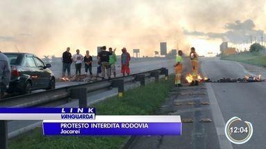 Moradores fecham a Dutra em protesto no Rio Comprido - Eles são contra ordem da prefeitura que pede desocupação de áreas de risco.