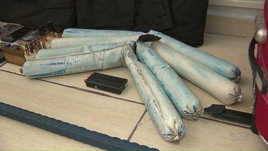 Homens são presos com explosivos em Foz do Iguaçu - Com eles, a polícia também apreendeu coletes a prova de balas, celulares e munições de uso restrito.