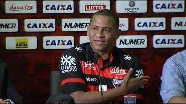 Agressão no Goiás, peso e Seleção: Walter fala de tudo em apresenção no Atlético-GO - Atacante recebeu a camisa 18 do clube rubro-negro.