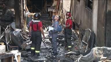 Bombeiros continuam no prédio que pegou fogo segunda-feira (20) na zona norte - Mais de 24 horas depois, ainda tem bombeiros no prédio que pegou fogo na segunda (20), na zona norte. Há muito calor nos escombros e parte da estrutura ameaça cair.