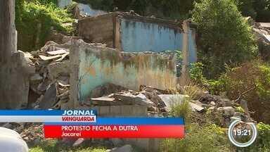 Protesto de moradores do Rio Comprido fechou a Dutra nesta terça-feira - Interdição foi entre Jacareí e São José.