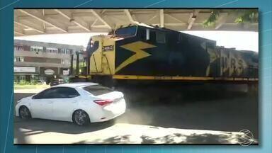 Trem atinge carro no Centro de Três Rios, RJ - Este é o segundo acidente do mesmo tipo em dois meses.