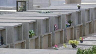 Cemitérios de Salto têm cobrança indevida de taxas de limpeza e manutenção - A cobrança de uma taxa de limpeza e manutenção de túmulos em dois cemitérios públicos de Salto (SP) foi para o Ministério Público. Os moradores que já tem terrenos comprados nos cemitérios receberam o carnê da funerária que administra os cemitérios. A prefeitura abriu uma sindicância para investigar a denúncia de cobrança ilegal.