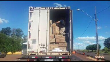 Polícia Rodoviária Federal apreende 400 mil maços de cigarro contrabandeado - Carga estava em um caminhão que vinha do Paraguai e foi parado em Apucarana.