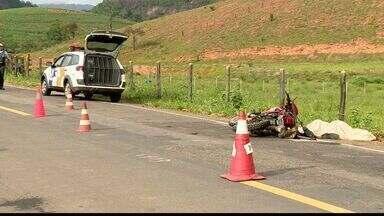 Motociclista morre após colidir contra cavalo na BR-259, no ES - PM disse que vítima seguia para Baixo Guandu quando atingiu animal.Outro motociclista também bateu no cavalo, mas só teve ferimentos.