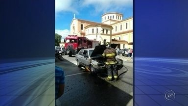Carro pega fogo no Centro de Itapetininga - Os bombeiros foram acionados e apagaram as chamas em poucos minutos. De acordo com eles, um curto circuito na parte elétrica do carro pode ter causado o incêndio. ninguém se feriu.
