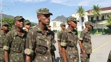 Jovens aproveitam o alistamento militar para conseguir um emprego - Em todo o estado do RJ, as Forças Armadas já incorporaram 10 mil jovens. Muitos deles veem o alistamento como opção de carreira, com a crise no mercado de trabalho.
