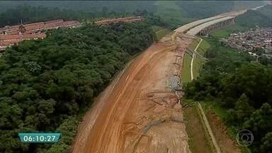PGR investiga suspeita de irregularidades em obras do trecho norte do Rodoanel - O trecho norte do Rodoanel agora rende uma investigação de superfaturamento. A suspeita é na desapropriação de terras para a construção. O Ministério Público do estado enviou para a PGR, em Brasília, a investigação onde aparece o nome do deputado federal Eli Corrêa Filho (DEM).